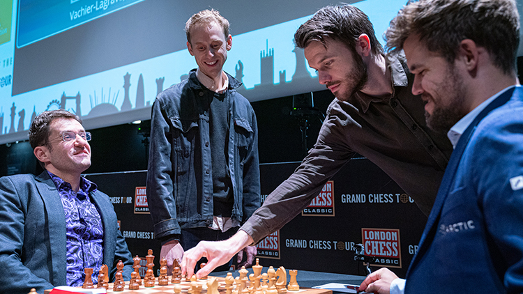 RAVENS: SPASSKY VS. FISCHER ACTORS MAKE THE CEREMONIAL FIRST MOVES AT THE LONDON CHESS CLASSIC